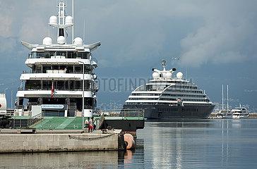 Kroatien  Rijeka - Zwei Superyachten im Hafen  links Royal Romance  rechts Scenic Eclipse Valletta