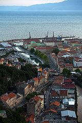 Kroatien  Rijeka - Blick vom Kastell von Trsat Richtung Innenstadt und Hafen