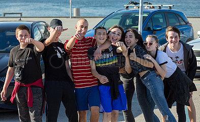 Kroatien  Rijeka - Gruppe von Teenagern posiert mit Dauem hoch
