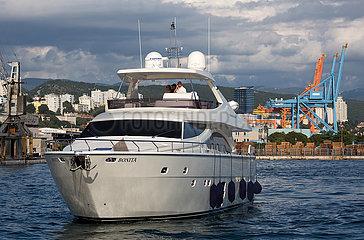 Kroatien  Rijeka - Luxusyacht im Hafen