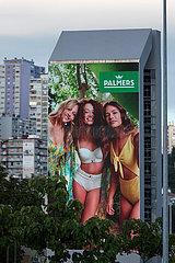 Kroatien  Rijeka - Riesiges LED-Display zeigt Werbung fuer die Palmers Textil AG  bekannt als PALMERS  Oesterreichs groesster Textilkonzern