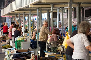 Kroatien  Rijeka - Haendler beim Obst- und Gemuesemarkt