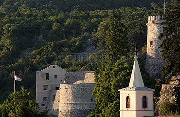 Kroatien  Rijeka - Das Kastell von Trsat oberhalb der Stadt im Berg liegend  ist eine historische  wieder aufgebaute Burg  rechgts der Turm der Basilika Unserer Lieben Frau von Trsat