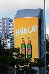 Kroatien  Rijeka - LED-Display mit Werbung fuer die kroatische Biermarke Dzujsko  groesste kroatische Brauerei  Teil der Brauereigruppe Molson Coors Europe