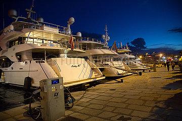 Kroatien  Rijeka - Luxusyachten im Yachthafen beim Stadtzentrum