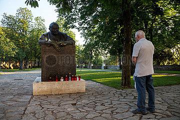 Kroatien  Rijeka - Glaeubiger betet vor Skulptur von Papst Paul Johannes II vor der Basilika Unserer Lieben Frau von Trsat  die der Papst 2003 besuchte