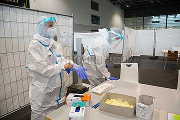 Deutschland  Bremen - Medizinische Fachangestellte Corona-Testzentrum in einer Messehalle erwarten zu testende Personen