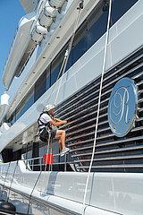 Kroatien  Rijeka - Die 92 Meter lange Superyacht Royal Romance gehoert dem ukrainischen Oligarchen und Putin-Vertrauten Wiktor Medwedtschuk