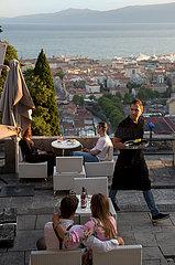 Kroatien  Rijeka - Das Kastell von Trsat oberhalb der Stadt im Berg liegend  ist eine historische  wieder aufgebaute Burg mit Cafe im Innenhof  Blick auf Innenstadt und Hafen