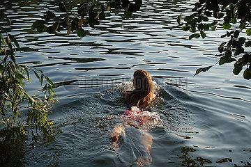 Berlin  Deutschland  Frau schwimmt im Schlachtensee