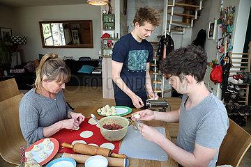 Berlin  Deutschland  Mutter bereitet mit ihren Soehnen Chinkali zu