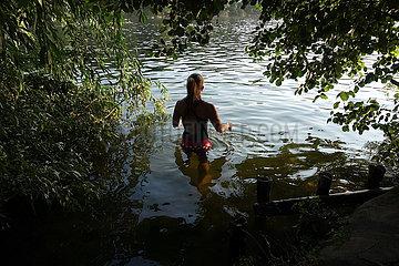 Berlin  Deutschland  Frau geht im Schlachtensee schwimmen