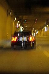Berlin  Deutschland  Verschwommene Sicht in einem Autotunnel