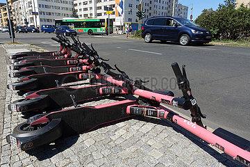 Berlin  Deutschland  E-Roller des Anbieters voiscooters liegen am Strassenrand