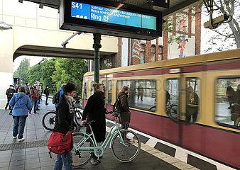 Berlin  Deutschland  S-Bahn der Linie 41 faehrt in den Bahnhof Tempelhof ein