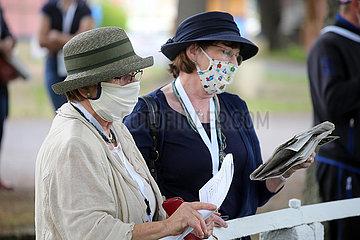 Dresden  Deutschland  Frauen mit Hut tragen auf der Galopprennbahn aufgrund der Coronapandemie einen Mund-Nasen-Schutz