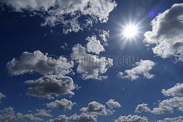 Berlin  Deutschland  Sonne scheint am Wolkenhimmel