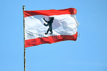 Hoppegarten  Deutschland  Fahne des Bundeslandes Berlin vor blauem Himmel