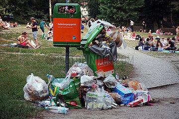 Berlin  Deutschland  ueberfuellte Muelleimer in einer Parkanlage