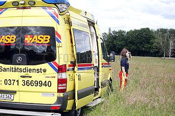 Dresden  Deutschland  Sanitaeterin mit Mund-Nasen-Schutz schaut in die Ferne