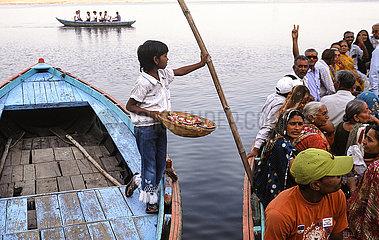 Varanasi  Indien  Menschen und Boote am Ufer des heiligen Ganges