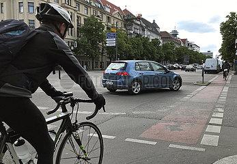 Berlin  Deutschland  PKW laesst vor dem Rechtsabbiegen Fahrradfahrer passieren