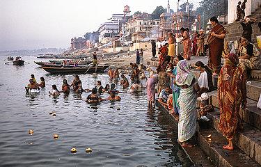 Varanasi  Indien  Glaeubige Pilger an einem Ghat am Ufer des heiligen Ganges