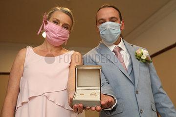 Berlin  Deutschland  Brautpaar zeigt in Zeiten der Coronapandemie stolz seine Trauringe