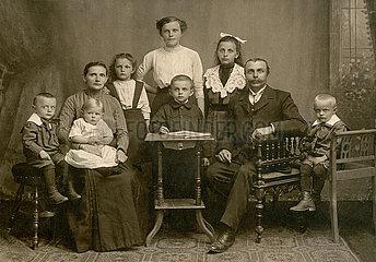 Familienportrait  Familie mit 7 Kindern  1911
