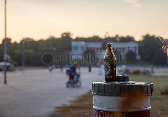 Ein paar Spaziergänger oder Radlfahrer statt volle Bierzelte