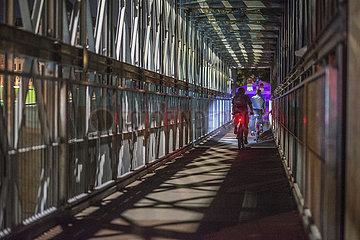 Radfahrer bei Nacht  Muenchen  21.09.2020