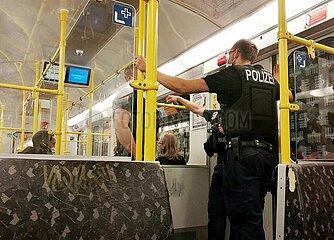 Polizei kontrolliert Maskenpflicht in U-Bahn