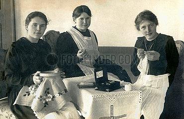 Freundinnen beim Sticken und Haekeln  Dillingen  1916