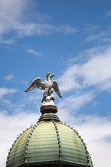 Kroatien  Rijeka - Der Stadtturm Rijeka  der barocke Uhrenturm mit Kuppeldach und Skulptur des zweikoepfigen Adlers von Rijeka wurde im 17. Jh. errichtet