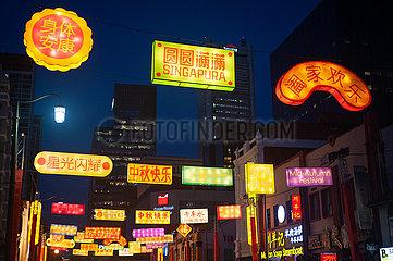 Singapur  Republik Singapur  Bunt leuchtende Lampions zum Mittherbstfest in Chinatown