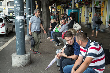Kroatien  Rijeka - Menschen warten am Busbahnhof  der zu arriva (DB) gehoert