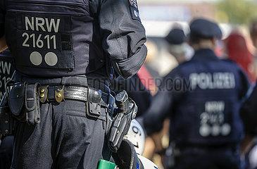 NRW Polizei im Einsatz bei Anti-Corona Demonstration  Duesseldorf  Nordrhein-Westfalen  Deutschland
