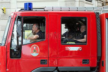 Kroatien  Rijeka - Feuerwehrmaenner entspannt nach einem Einsatz