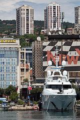 Kroatien  Rijeka - groessere Motoryacht von reichem Eigentuemer  Yachthafen beim Stadtzentrum