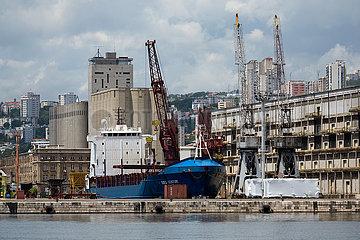 Kroatien  Rijeka - Der Frachter BBC Century im Hafen  Entladung vorgefertigter Stahlteile