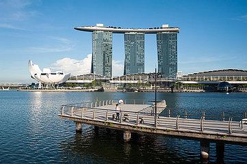 Singapur  Republik Singapur  Merlion Park mit ArtScience Museum und Marina Bay Sands Hotel