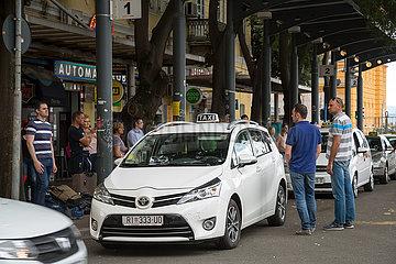 Kroatien  Rijeka - Menschen und Taxis am Busbahnhof  der zu arriva (DB) gehoert