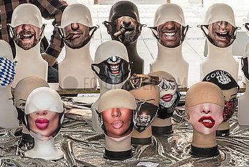Verkauf von modischen Masken  Maskenpflicht  Muenchen  24.09.2020