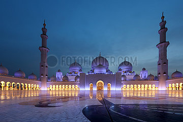 Abu Dhabi  Vereinigte Arabische Emirate  Ansicht der Scheich Zayid Moschee bei Daemmerung