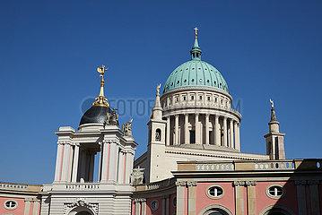 Potsdam  Brandenburg  Deutschland - Fortunaportal und Kuppel der Nikolaikirche.