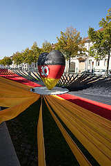 Potsdam  Brandenburg  Deutschland - Installation im ehemaligen Stadtkanal auf der Einheits-EXPO. Stoffbahnen in den deutschen Nationalfarben ueberspannen das Areal.