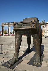 Potsdam  Brandenburg  Deutschland - Die Skulptur Quo Vadis von David Cerny vor der Ringerkolonnade.