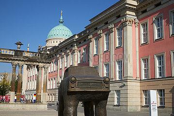 Potsdam  Brandenburg  Deutschland - Die Skulptur Quo Vadis von David Cerny vor dem Landtag von Brandenburg.