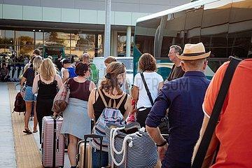 Condor Reisende auf dem Flughafen Kos