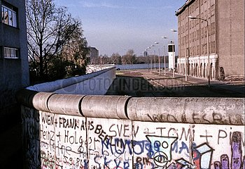 Berliner Mauer mit Todesstreifen